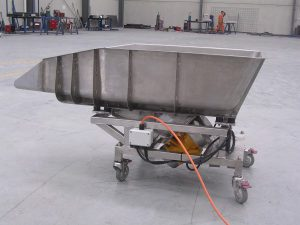 Side view of the mobile vibrating feeder.