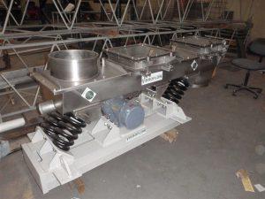Inlet sealed vibrating conveyor