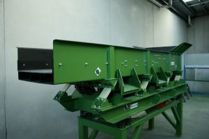 C&D waste vibrating screen side.
